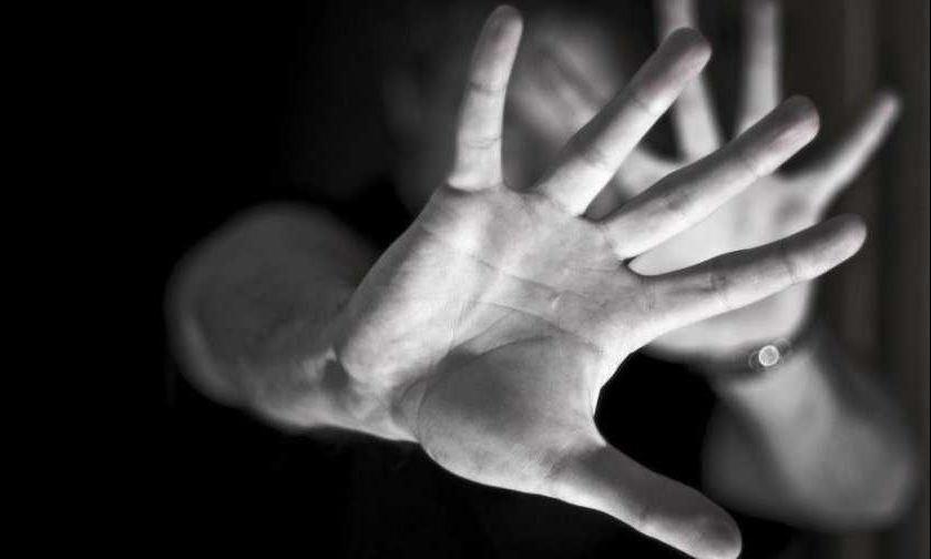 Transtornado, homem tenta estrangular a esposa